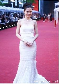 angelababy白裙难掩好身材