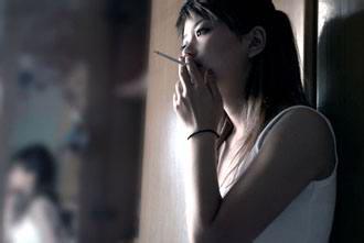 吸烟的女人