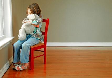 与家人不亲密。比如与家人关系不亲昵,与家长沟通时没有眼神交流,不会寻求爸爸妈妈的拥抱,很少微笑。