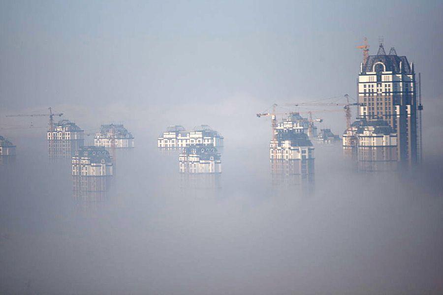 """大雾天气使城市笼罩在烟雾缥渺之中,景色和以往看上去有些不同, 但雾气本身并不是""""纯洁""""的。雾是空气中的水汽凝结物,水汽凝结成雾滴 离不开凝结核,而作为凝结核的尘埃、细菌或其他微粒,很多是""""脏物""""。"""