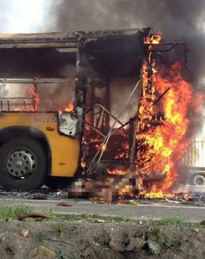 烟台公交疑遭纵火 嫌疑人为50岁左右男性