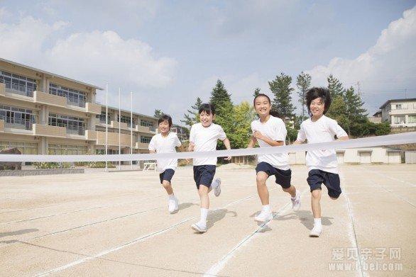 儿童穿气垫鞋