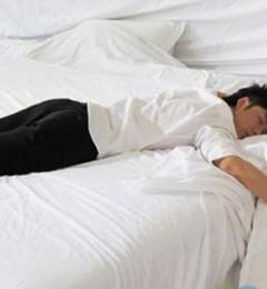 趴着睡伤精 男人怎么睡才健康