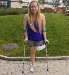 英美女运动员为免除神经疼痛 毅然锯掉左腿