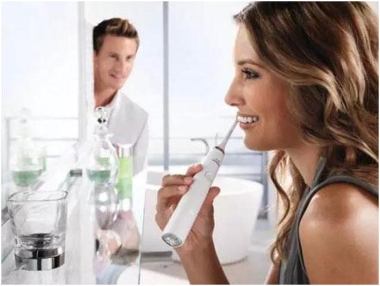 电动牙刷的刷毛颤动能促进口腔的血液循环,对牙龈组织有意想不到的按摩效果
