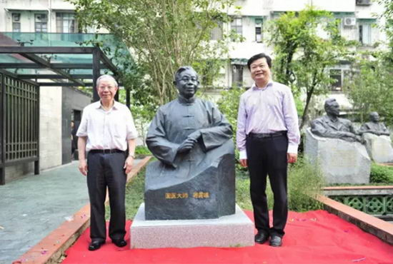 李楚源董事长及国医大师�P国维与其铜像合影留念