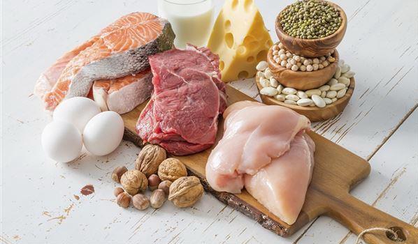 在家减肥的时候什么都不能吃,而是要选择对的食物并搭配运动来帮助减肥更顺利。有些人可能会有错误的观念,以为只要吃得很少甚至不吃就一定能瘦下来,虽然一开始体重的确会明显下降,那是因为水分大量流失和瘦体组织被耗损所致