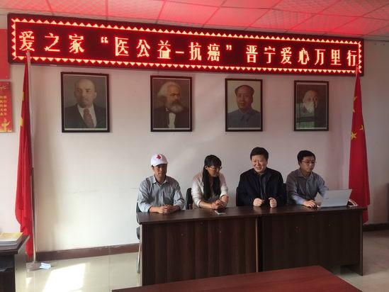 著名中医肿瘤专家李忠教授、朱庆文教授在为社区群众科普讲座