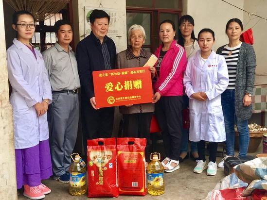 北京中医药大学朱庆文教授为社区居民义诊