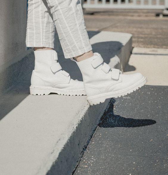 白鞋一直是经典的搭配圣品,无论球鞋、帆布鞋或皮鞋,白色款都是这几季非常受欢迎的选择。