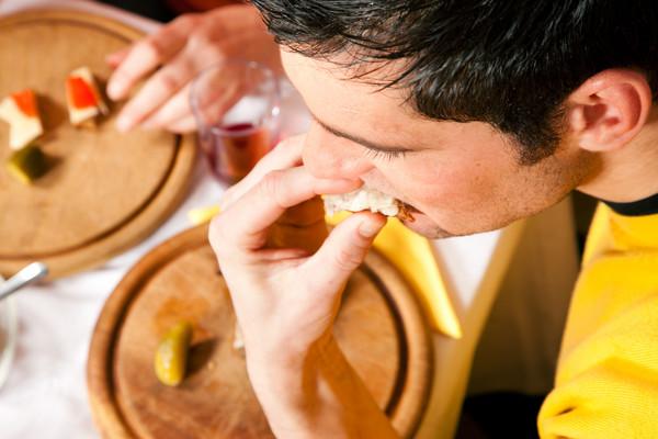 """上班族午餐吃得快 身体慢慢就会变""""丰满"""""""