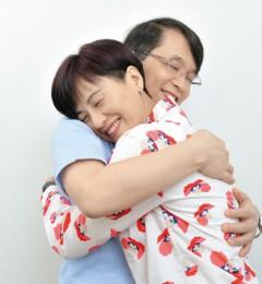 睡前的温馨拥抱 让夫妻结婚数十载的亲密热度永不降温