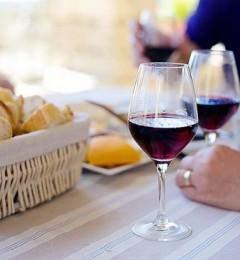 研究发现红酒内含多酚,可以帮助抵抗蛀牙