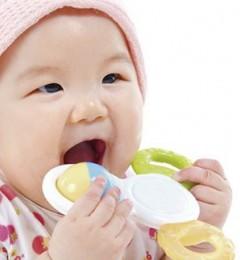 """宝宝吃饭好慢?切忌养成""""边吃边玩""""的习惯"""