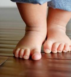 宝宝学步应纠正5种错误走路姿势