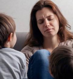 为何女性养育小孩感觉更累 压力更大?
