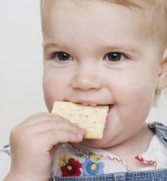 蛀牙也会遗传?错在父母的喂食行为