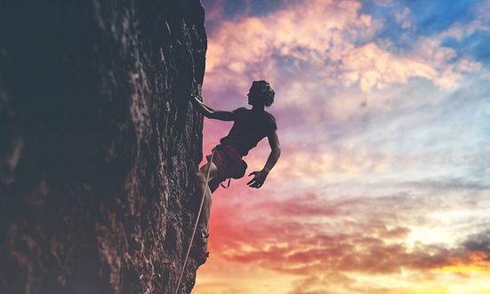 """那个难以跨越的坎,多半与我们如何看待困难有关,其实我们并不是那么害怕困难本身,而是要脱离""""舒适""""、要放弃的东西在现在看起来太""""不安""""了,深怕放弃了,就踏入一个注定失败的终局里。"""