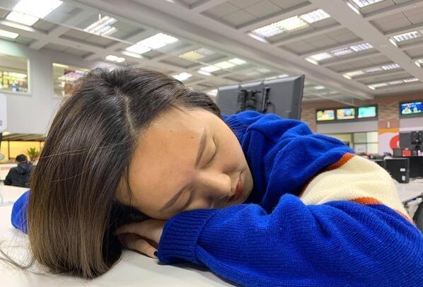 白领中午习惯趴着睡 预防落枕记心上