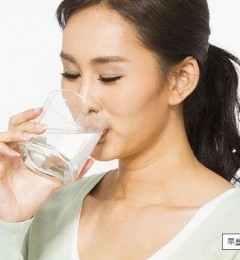睡前2个小时喝一杯水,防止血液黏稠、降血脂