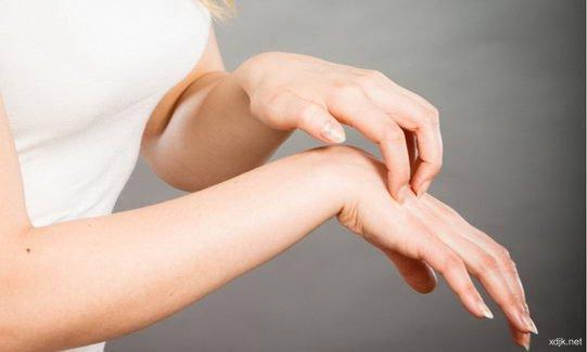 秋天皮肤易干痒而粗糙 日常保健和使用护手霜是法宝