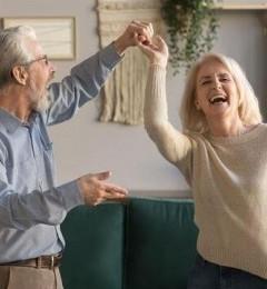 老人常跳广场舞 促进身体再平衡 降低跌倒风险