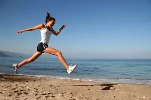 每天蜷着双脚锻炼 解决常穿高跟鞋而造成的脚部损伤