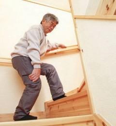 中老年人走路膝盖卡卡响,疼痛难忍 真的是关节退化了吗?