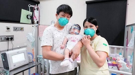 全球出生时最小婴儿经过13个月加护治疗,已从医院回家了!